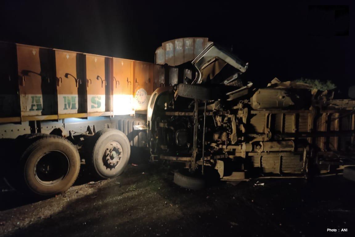 भारतको आन्ध्र प्रदेशमा बस र ट्रक ठोक्किँदा घटनास्थलमै १४ जनाको मृत्यु
