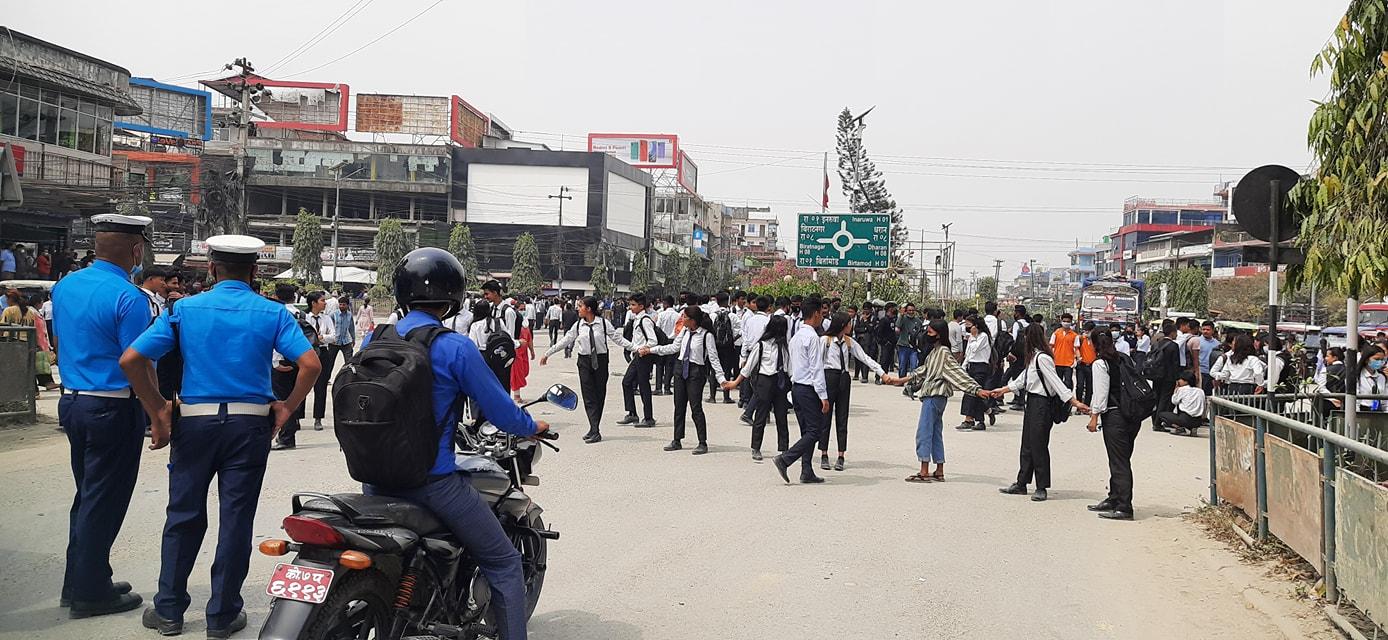 निजी कलेजमा अध्यययन गर्ने विद्यार्थीले गरे इटहरी चोकमा यातायात ठप्प