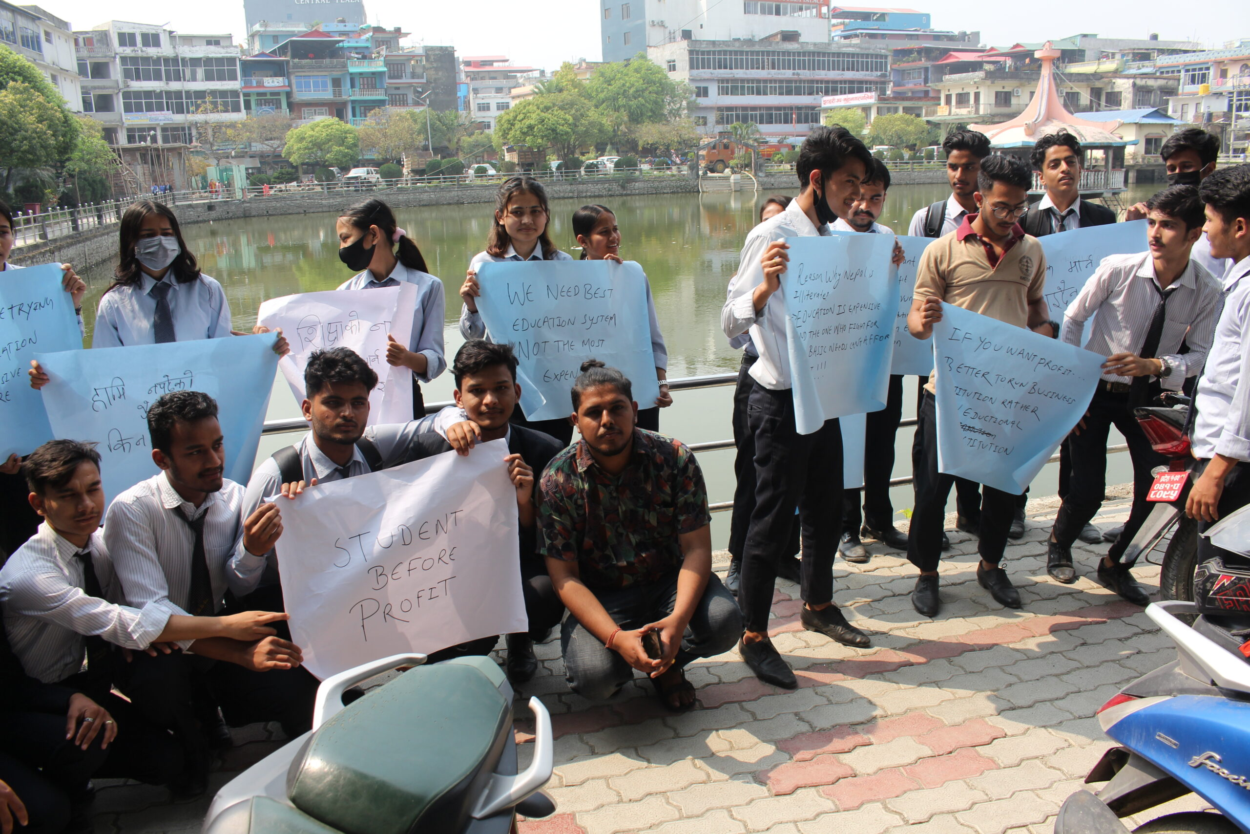 निजी कलेजः १ वर्षको मासिक शुल्क तिर, विद्यार्थी: नपढेको पैसा किन तिर्नु ?