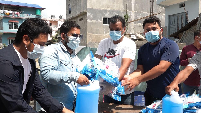 नेपाली कांग्रेस कोभिड-१९ अनुगमन समितिद्धारा इटहरीका सम्पुर्ण वडामा स्वास्थ्य सामग्री वितरण